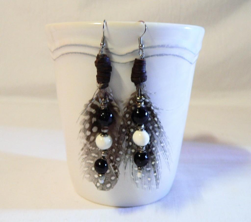 Apaches : boucles d'oreilles céramique et plumes, noires et blanches