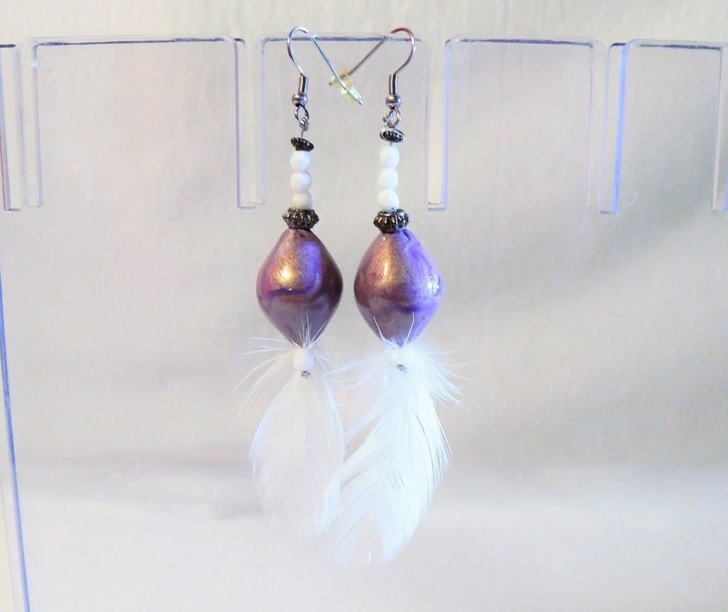 Boucles d'oreilles céramique et plume, blanc et pourpre