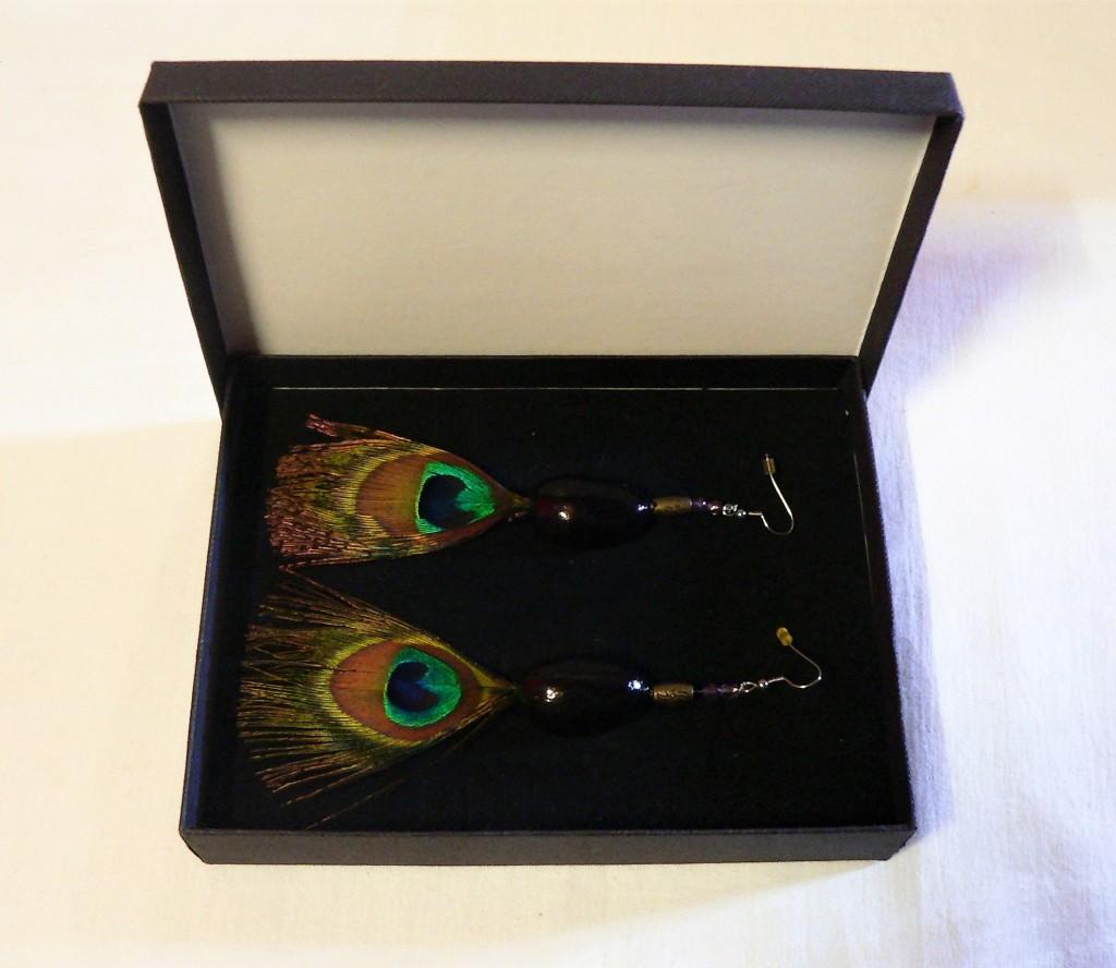 Cheyenne : Boucles d'oreilles cabochon céramique et plume paon, noire améthyste