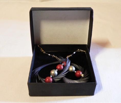 Boucles d'oreilles plume et céramique, couleur rouge et argent